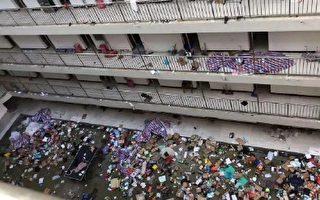 武漢軟件工程職業學院學生宿舍的物品被隨意丟棄。(網絡圖片)