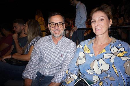2020年2月1日晚上,在巴西聖保羅Unimed Hall,首席執行官Emanuel Silveira(左)盛讚神韻國際藝術團的演出精彩壯觀。(李明曉/大紀元)