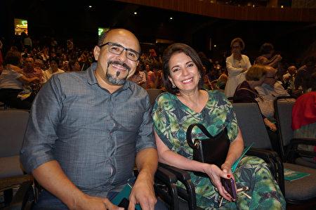 巴西政府檢察官Rosemary Andrade和丈夫Harryson Castro觀賞了神韻國際藝術團於2020年2月1日晚在聖保羅Unimed Hall 的第四場演出。(李明曉/大紀元)