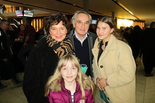 2020年2月2日下午,兒童肖像畫家Ati Jansz女士(左)與先生及兩個外孫女前來阿姆斯特丹RAI劇院觀看神韻演出。(Peter Verbeek/大紀元)