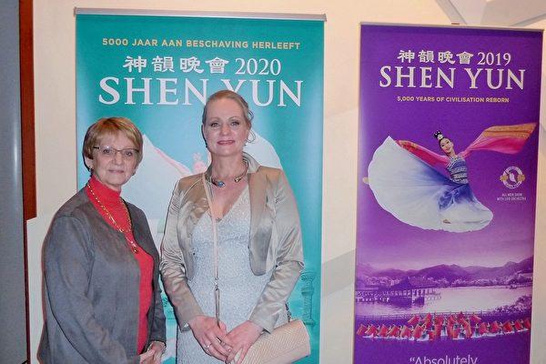 2020年2月2日晚,醫生Ariane Netten女士(右)和自己的母親Emielie de Pauw-Gerlinks,一起欣賞了神韻巡迴藝術團在荷蘭阿姆斯特丹RAI劇院的最後一場演出。(Gökhan Tunc/大紀元)