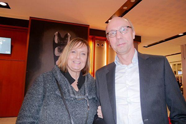 2020年2月2日晚上,皇家技術工程考試機構PBNA經理John Otten先生和妻子也觀看了2月2日晚場的演出。(徐景/大紀元)