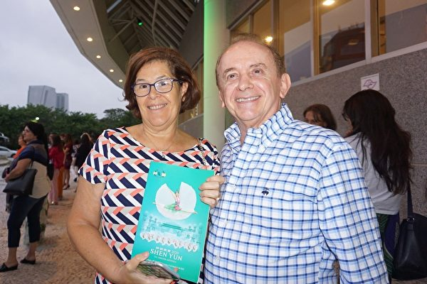 巴西零售商Danval的老闆Gliuliano Savettero與妻子於2020年2月2日下午觀賞了神韻國際藝術團在聖保羅Unimed Hall的第五場演出。(李明曉/大紀元)