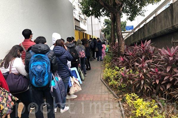 圖為2020年2月6日,九龍灣工業區有超過8,000名市民通宵瞓街排隊,採購口罩。(梁珍/大紀元)