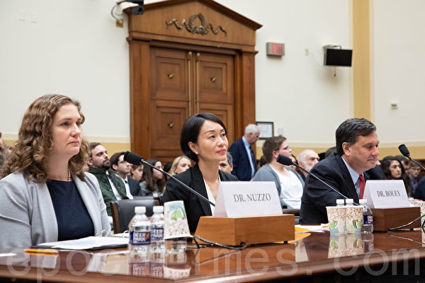 2020年2月5日,美國國會就中共病毒疫情舉辦聽證會。出席證人從左至右為:約翰・霍普金斯大學副教授珍妮佛・努佐(Jennifer Nuzzo),蘭德公司中國政策研究室主任黃志環(Jennifer Bouey),前白宮「應對伊波拉協調專員」羅納德・克萊恩(Ronald A. Klain)。(林樂予/大紀元)