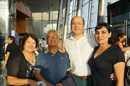 Cajamarca市高院資深法官Percy Soriano和夫人、律師Monica Mesia Mori陪同家人觀賞了神韻國際藝術團於2月8日下午在利馬國家大劇院(Gran Teatro Nacional)的第一場演出。(李明曉/大紀元)