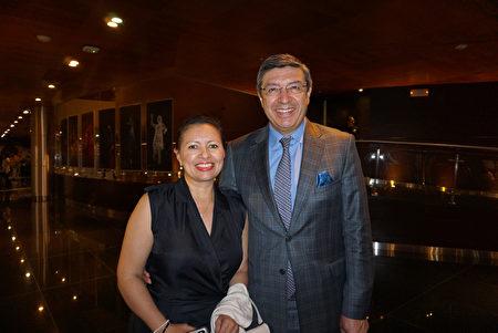 2月8日晚,安第斯共同體秘書長Jorge Hernando Pedraza先生觀看了神韻在秘魯利馬的演出。(李明曉/大紀元)