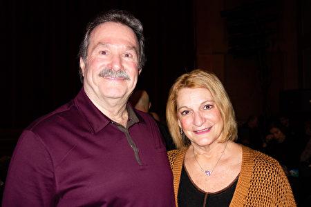 2020年2月9日下午,高科技公司銷售總監Rich Galloway和太太Sue在穆拉特劇院觀看神韻演出。(林樸/大紀元)