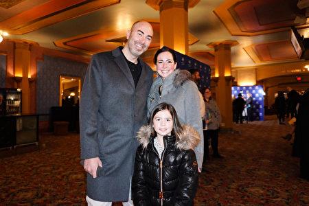 2020年2月9日下午,科技公司老闆Patrick Leone和太太及8歲的女兒一同觀賞神韻演出。(林慧心/大紀元)