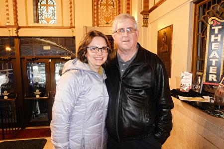 2020年2月9日下午,俄裔室內設計師Imessa Hansen(左)和丈夫、投資公司資深高管Tim Hansen(右)觀看了神韻在穆拉特劇院的最後一場演出。(萬樂蕊/大紀元)