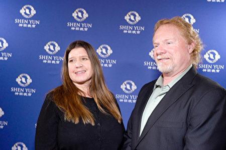 2020年2月9日下午,營運服務公司副總裁Tyler Baumgardner和太太Peggy在穆拉特劇院觀看了神韻2020年度在印第安納波利斯的第三場演出。他們表示,神韻是完美的結婚周年禮物。(新唐人電視台)