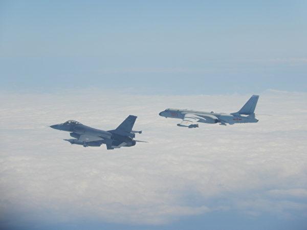 中共軍機殲11、空警500、轟6(右)等型機,2月9日上午11時許經巴士海峽由西太平洋進入宮古水道飛返原駐地,並執行遠海長航訓練,國軍F-16戰機(左)則緊急起飛監控伴飛。(國防部提供)