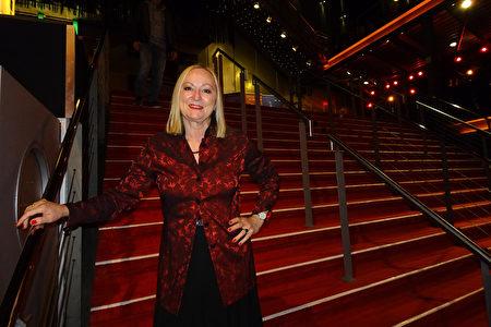 2020年2月13日,德國體操專家Ilona Gerling觀賞美國神韻巡迴藝術團在科隆圓頂音樂廳的第三場演出。(余平/大紀元)