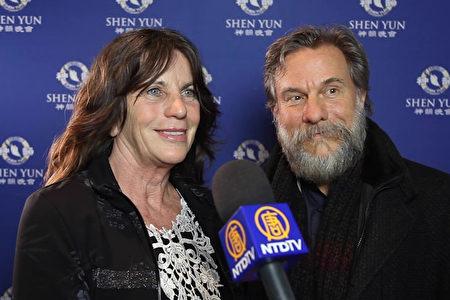 2020年2月13日晚,著名眼科專家Andreas Frohn教授和妻子、眼科醫生Claudia Frohn觀賞神韻巡迴藝術團在德國科隆圓頂音樂廳的演出。(新唐人電視台)