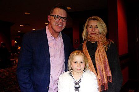 2020年2月14日情人節當晚,神韻世界藝術團在美國伊利諾伊州羅斯蒙特劇院上演在當地的第二場演出。前NFL球員Tim Tyrell帶著女友Daiva Mazuolyt和她10歲的女兒一同前來觀賞。(溫文清/大紀元)