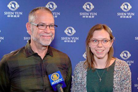 2020年2月14日,建築設計所合夥人兼財務總監(CFO)Eric Sickbert和女兒Abby Sickbert觀看了神韻世界藝術團在美國伊利諾伊州羅斯蒙特劇院的演出。(新唐人電視台)