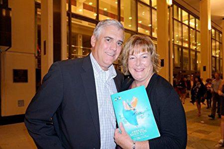 2020年2月15日晚,美國聖彼得堡一家跨國企業美國分公司的執行總監Jay Upton先生和妻子Joanna Upton觀賞了神韻國際藝術團在聖彼得堡馬哈菲劇院的第三場演出。(林南宇/大紀元)