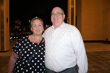 2020年2月15日晚,坦帕一家科技公司的項目架構總監Walter Spinraa和太太Kerrie Spinraa女士一起來觀看了神韻國際藝術團在佛州聖彼得堡的第三場演出。(林南宇/大紀元)