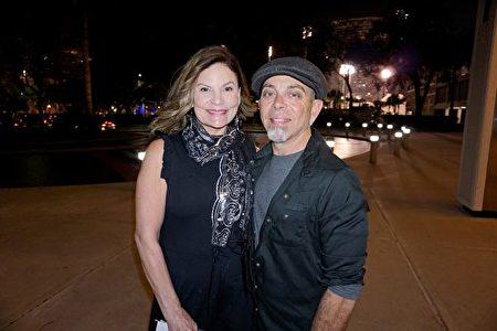 2020年2月15日晚,著名鼓手、音樂家Angelo Collura與太太Angelia Tellone在美國佛州聖彼得堡馬哈菲劇院觀看神韻國際藝術團的精彩演出。(林南宇/大紀元)