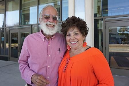 2020年2月20日下午,在美國佛州聖彼得堡馬哈菲劇院,企業家Tom Hails與太太Judy Petitt一同觀賞了神韻國際藝術團的精美演出。(林南宇/大紀元)