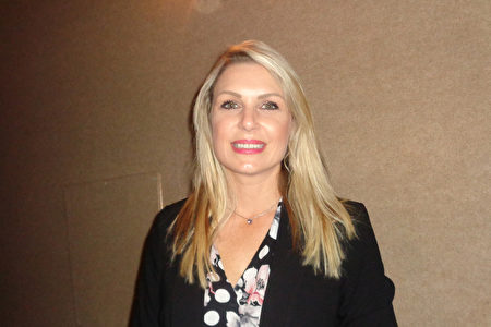 2020年2月20日下午,國際供應鏈物流企業Averitt Express的銷售執行總監Stephanie Brewer觀賞神韻國際藝術團在美國佛州聖彼得堡馬哈菲劇院的演出。(文燁/大紀元)