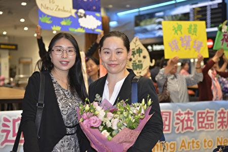 2020年2月25日清晨,神韻國際藝術團抵達紐西蘭奧克蘭機場。紐西蘭粉絲用掌聲和鮮花歡迎神韻藝術家。(張君/大紀元)