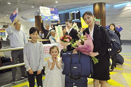 2020年2月25日清晨,神韻國際藝術團抵達紐西蘭奧克蘭機場。紐西蘭粉絲用掌聲和鮮花歡迎神韻藝術家。(易凡/大紀元)