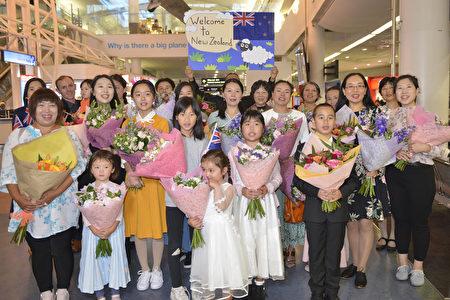 2020年2月25日清晨,神韻國際藝術團抵達紐西蘭奧克蘭機場。紐西蘭粉絲用掌聲和鮮花歡迎神韻藝術家。 (張君/大紀元)