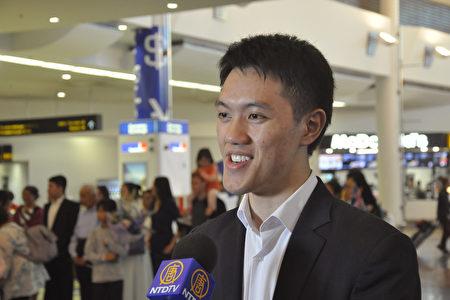 2020年2月25日清晨,神韻國際藝術團抵達紐西蘭奧克蘭機場,藝術團主要領舞演員巫琨璟接受媒體採訪。(易凡/大紀元)