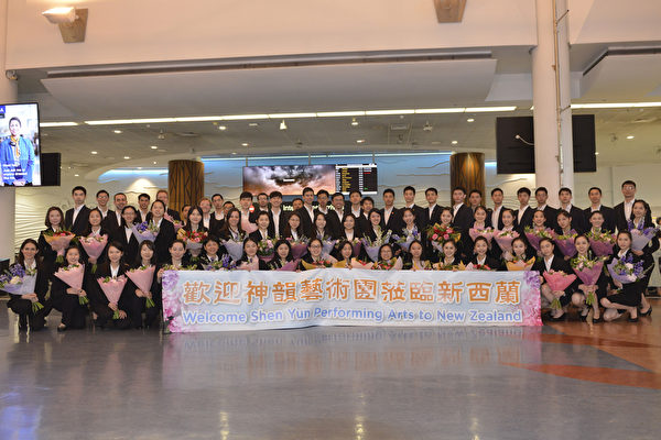 2020年2月25日清晨,美國神韻國際藝術團抵達紐西蘭奧克蘭機場,開始大洋洲巡迴演出的第一站,受到當地粉絲的熱烈歡迎。 (張君/大紀元)