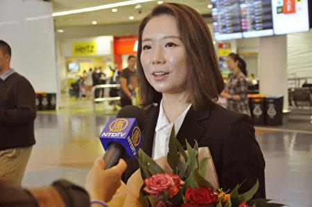 2020年2月25日清晨,神韻國際藝術團抵達紐西蘭奧克蘭機場,藝術團打擊樂演奏家余穎心接受媒體採訪。(易凡/大紀元)
