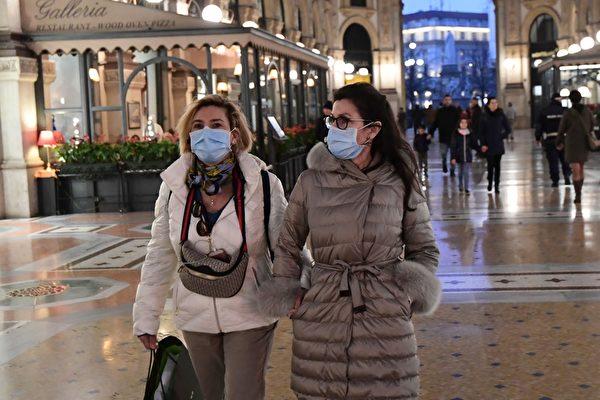 2020年2月24日,遊客戴著防護口罩參觀米蘭市中心的維托裏奧·埃馬努埃萊二世畫廊。(ANDREAS SOLARO/AFP via Getty Images)