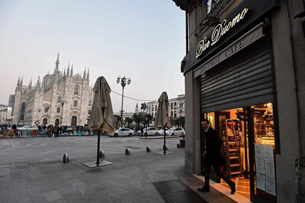 2020年2月24日,針對新冠肺炎防疫措施,米蘭市中心大教堂廣場旁的一家酒吧於24日下午6點關閉。(MIGUEL MEDINA/AFP via Getty Images)