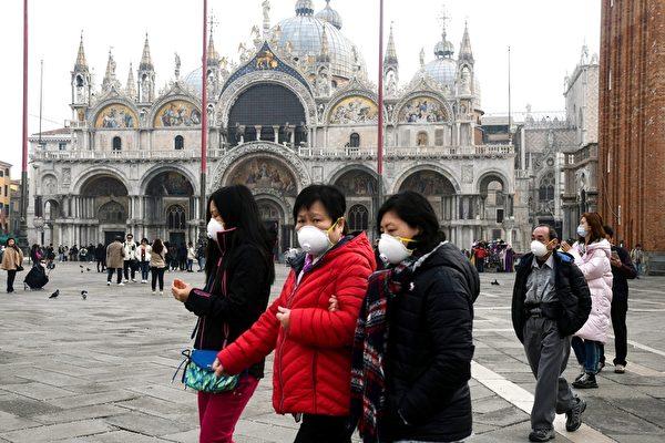 2020年2月24日,意大利北部新冠肺炎擴散,超過十座城鎮「封城」兩周。圖為威尼斯聖馬可廣場上遊客戴著防護口罩。(ANDREA PATTARO/AFP via Getty Images)