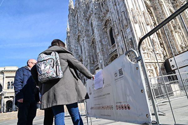 2020年2月24日,意大利北部新冠肺炎擴散,超過十座城鎮「封城」兩周。圖為米蘭大教堂關閉。(ANDREAS SOLARO/AFP via Getty Images)