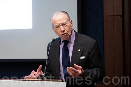 美國參議院財政委員會主席查克・格拉斯利(Chuck Grassley)說,世界銀行的創辦宗旨是幫助世界上最貧困的國家,中共應為聲稱自己是發展中國家而感到羞恥。(林樂予/大紀元)