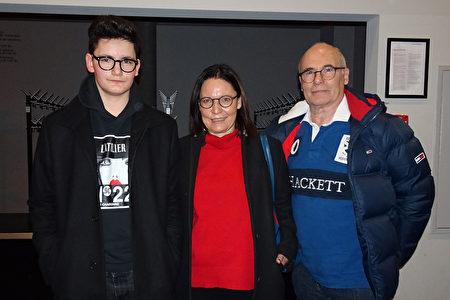 2020年2月25日,Magdalena Bischoff和丈夫、兒子一起觀賞了神韻巡迴藝術團在瑞士巴塞爾音樂劇院的首演。(余平/大紀元)