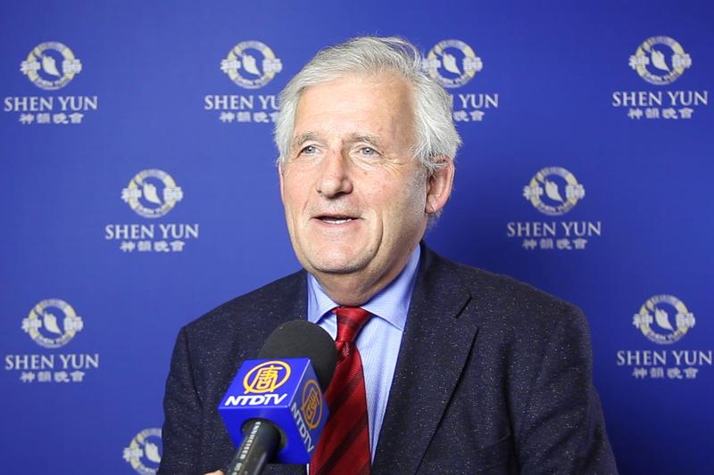 2020年2月25日晚,瑞士國會聯邦院主席Hans Stockli觀看了神韻在瑞士巴塞爾的演出。(新唐人電視台)