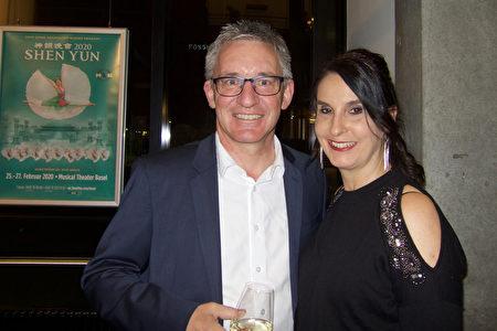2020年2月25日,瑞士一家教育基金會總經理Daniel Buchi和女友Monika Galliker觀看了美國神韻巡迴藝術團在瑞士巴塞爾的演出。(黃芩/大紀元)