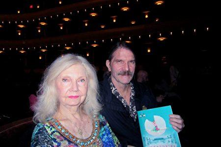2020年2月26日晚,神韻紐約藝術團在拉斯維加斯史密斯表演藝術中心舉行了年度首場演出,吸引了拉斯維加斯名流Cindy Doumani和Randy Soard第十次來欣賞。(李清怡/大紀元)