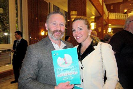 建築設備公司總裁Thomas Schierberl和女友Leah Forsythe欣賞了2月26日神韻紐約藝術團在拉斯維加斯的年度首場演出,十分讚賞。(李清怡/大紀元)