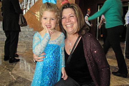 2020年2月27日下午,內華達州廣播基金會(Nevada Broadcasters Foundation, NVBF)會長、資深電視人Linda Bonnici女士帶著小孫女Maya一同觀看了神韻紐約藝術團在拉斯維加斯的第二場演出。(姜麗/大紀元)