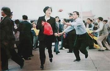 2000年9日30日,陳春美在天安門廣場高喊「法輪大法好!」被四個便衣警察追打,當晚明慧網刊登了此照片。(明慧網)