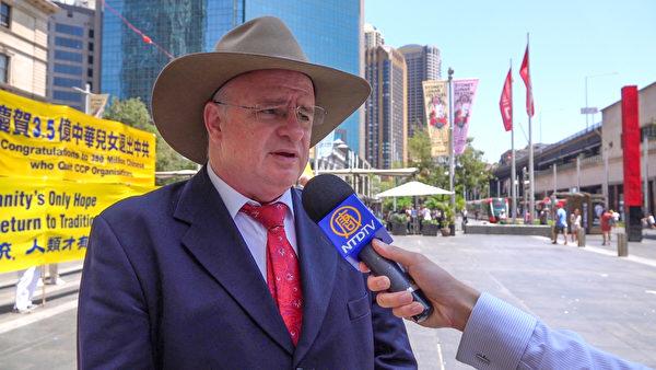 悉尼帕拉馬塔市市長威爾森(Andrew Wilson)在三退集會上發言。(孔昭/大紀元)