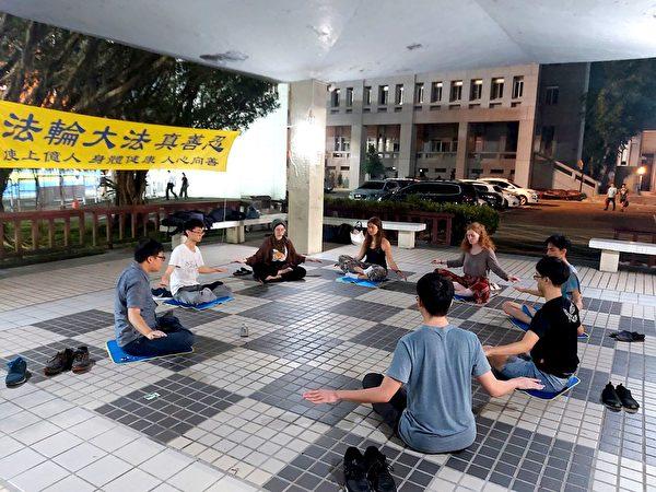 大學生在操場旁的八角亭集體煉功。(明慧網)