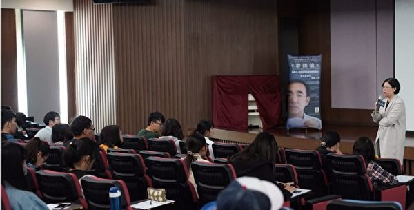 義守大學放映真相紀錄片《求救信》後,法輪功學員與學生們進行座談,社團成員解答學生們關於法輪功的問題。(明慧網)
