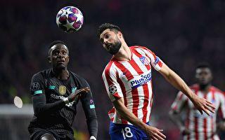 欧冠1/8决赛首回合,马德里竞技主场1:0击败利物浦。图为双方球员争顶瞬间。(OSCAR DEL POZO / AFP)
