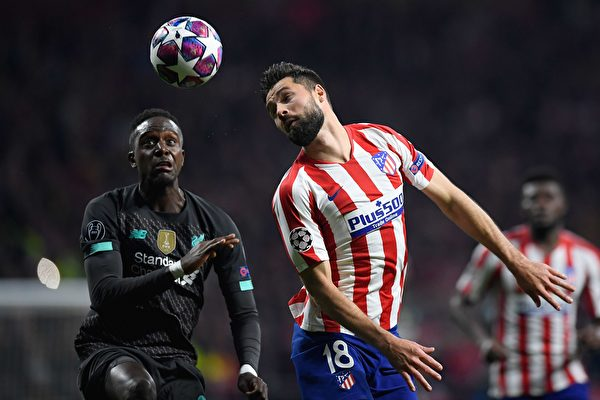 欧冠1/8决赛首回合,馬德里競技主場1:0擊敗利物浦。圖為雙方球員爭頂瞬間。(OSCAR DEL POZO / AFP)