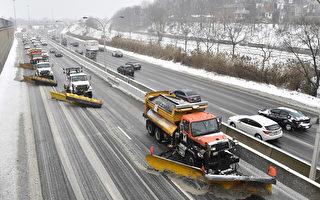 多倫多今天繼續降雪 撒鹽車一早出動
