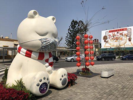 嘉義火車站前的大白熊2/20也戴上口罩了。